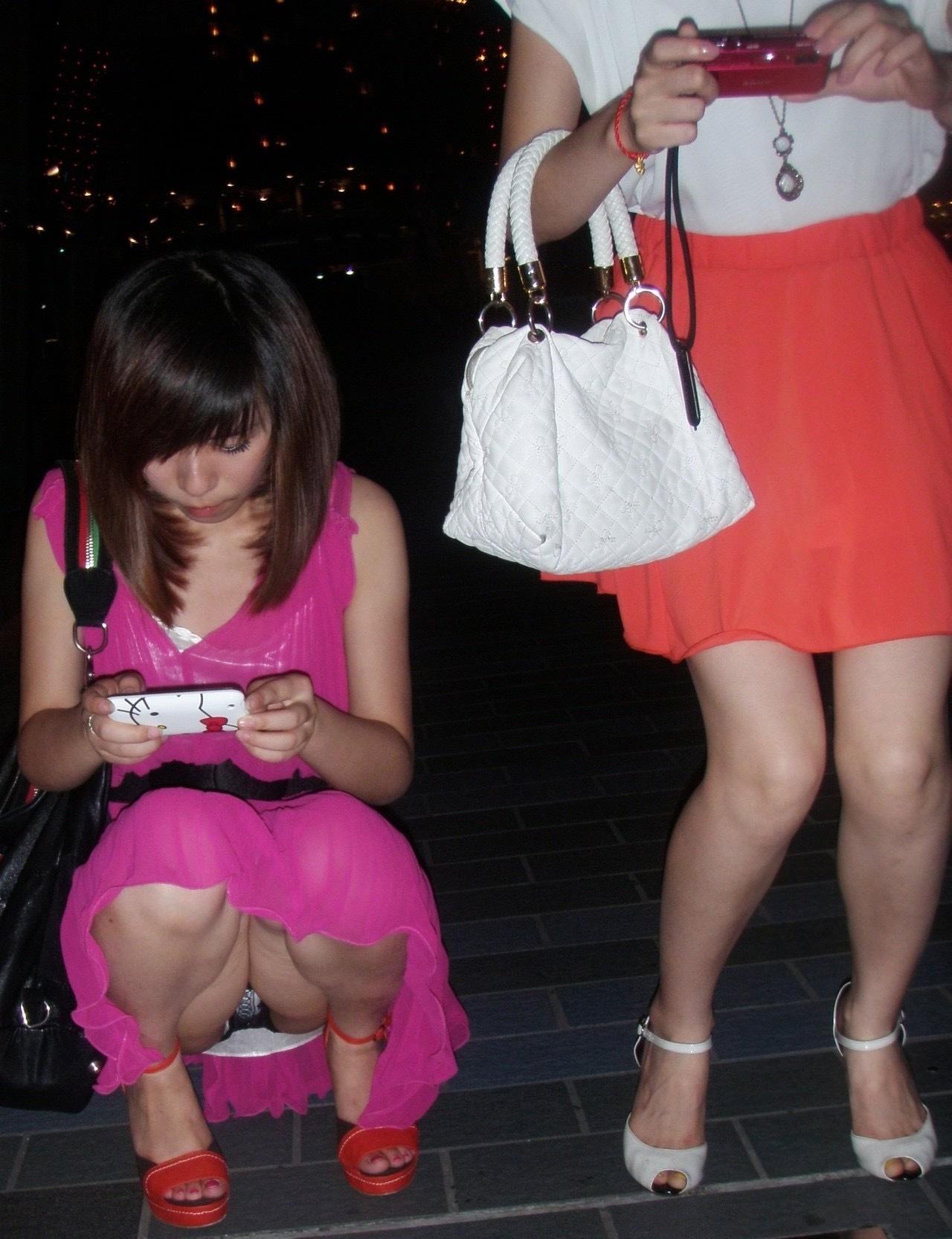 Девушка в розовом платье засветила черно-белые трусики