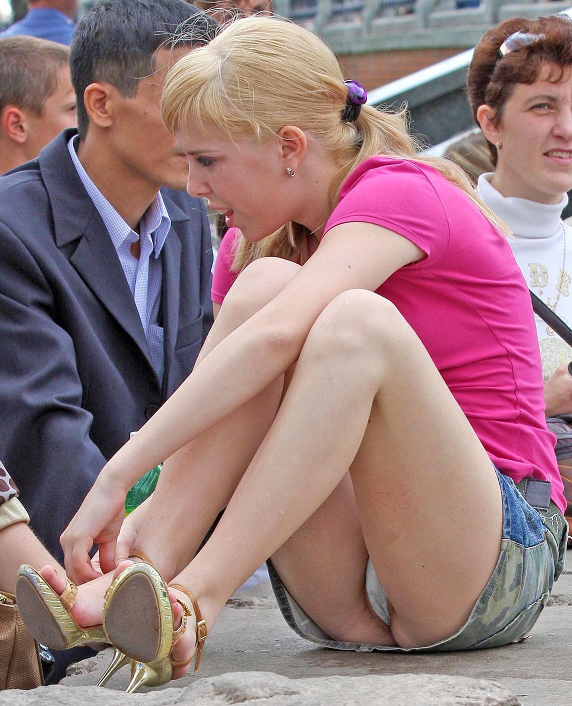 Блондинка в мини-юбке засветила киску с белыми трусиками