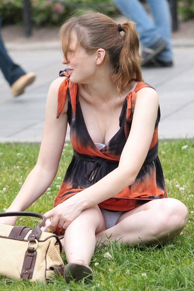 Девушка в легком платье засветила трусики сидя на траве