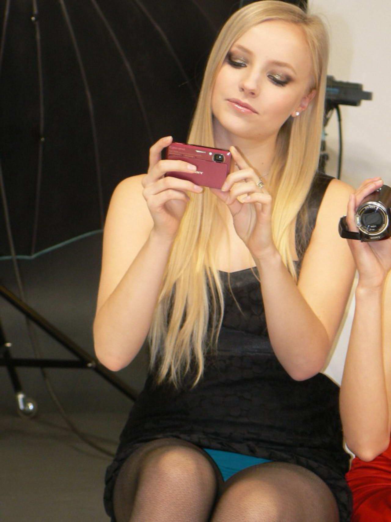 Блондинка в черном мини-платье засветила голубые трусики