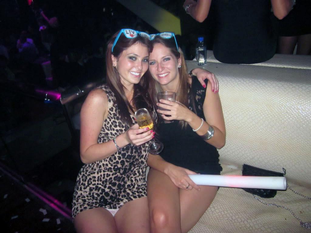 Девушка в леопардовом мини-платье засветила белые трусики