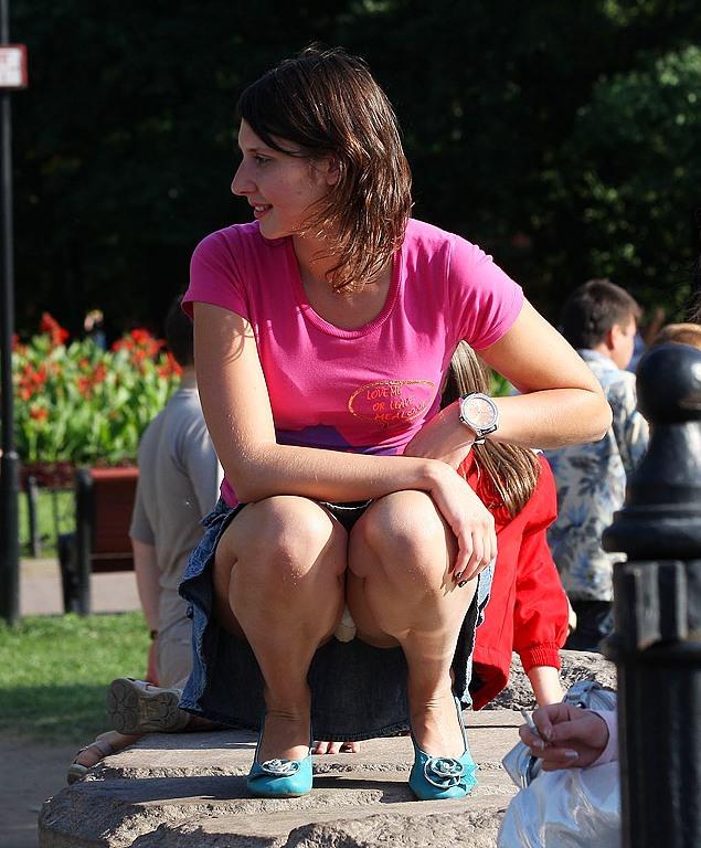 Девушка в джинсовой юбке засветила белые трусики