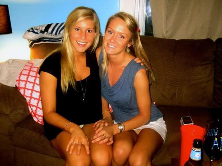 Две блондинки в мини-юбках светят своими трусиками