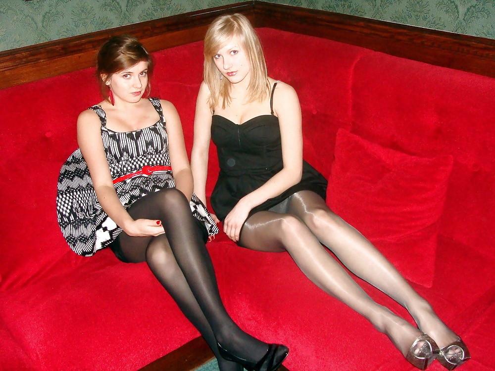 Девушка в мини-платье и колготках засветила черные трусики